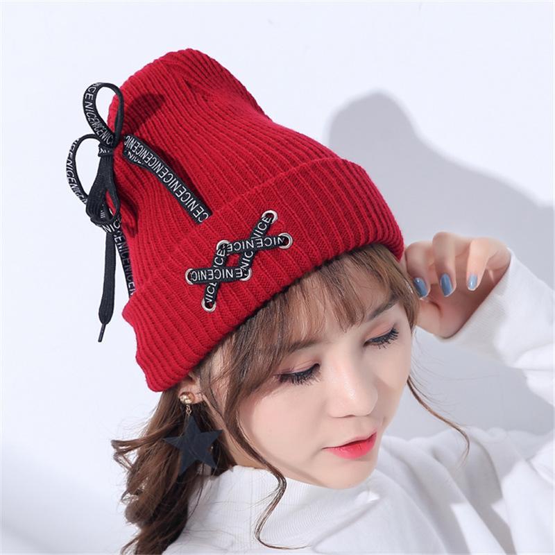 Nizza lettera stampa Lace-Up maglia cappelli per ragazze donne Fashioh  uncinetto berretto a maglia Skullies berretti femminile caldo cappello  lavorato a ... f8389b0e9ec2