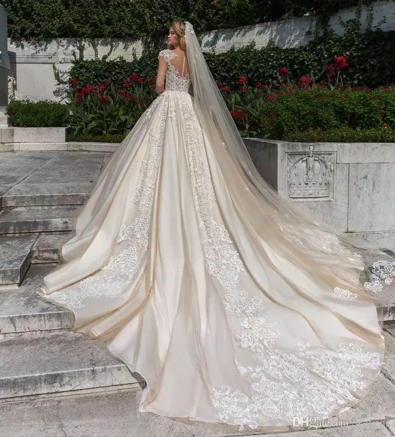 Lindo Laço vestido de Baile Vestidos de Casamento Frisado Sheer Bateau Neck Plus Size Appliqued Vestidos De Noiva Botões Voltar Catedral vestido de novia