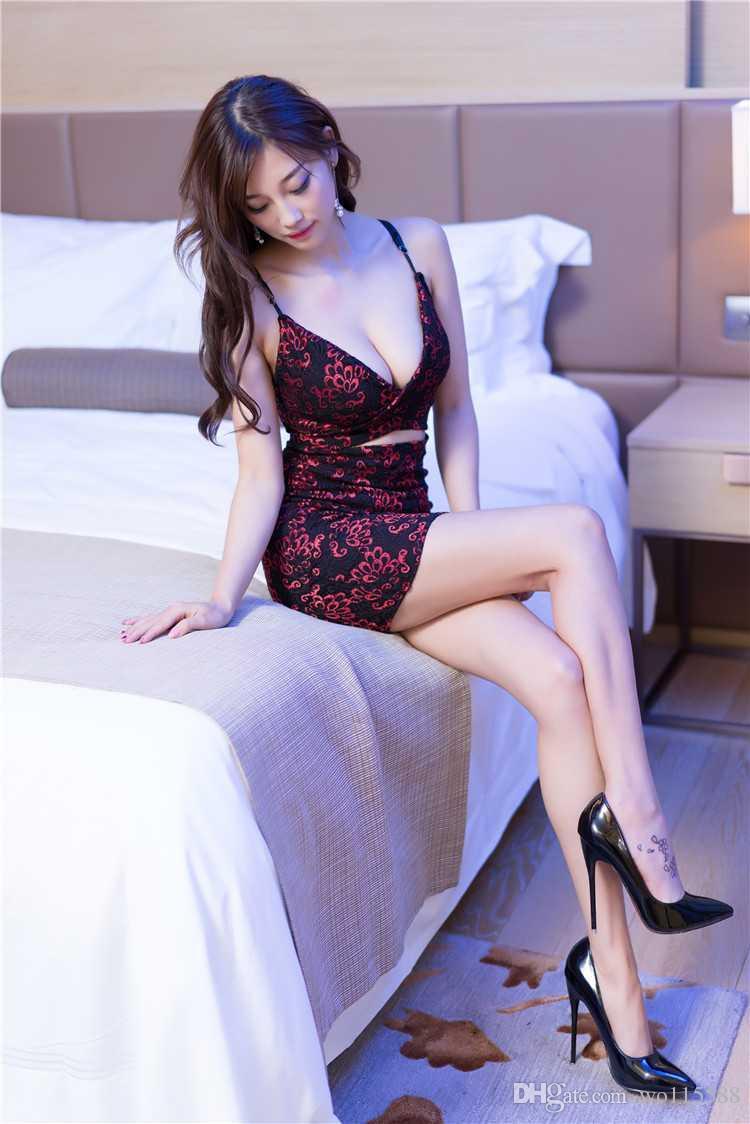 Livraison gratuite New sexy lingerie cosplay vert rouge discothèque Mesdames KTV Miss costumes paon broderie cheongsam sexy basse poitrine jupes mince