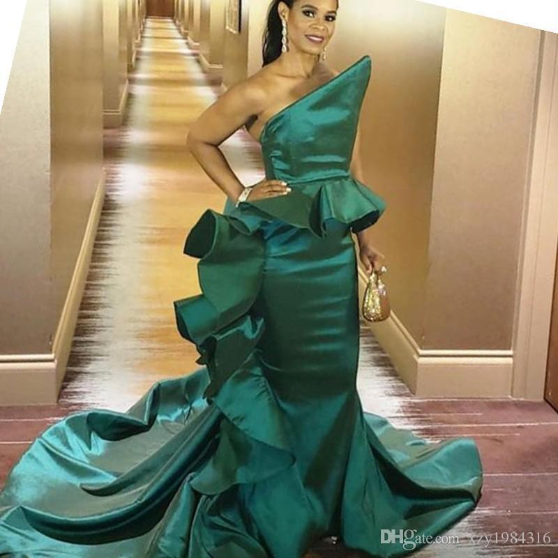 Acquista Abiti Da Cerimonia A Sirena Verde Con Strascico Abiti Da Sera  Celebrità Sudafricana Abito Da Ballo Elegante Con Scollo A Raso Glamour Abiti  Da Sera ... 1dbd407d652
