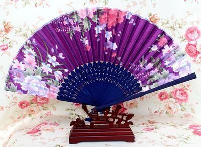 Portátil Japonés Tejido Ventilador de Mano 50 unids Bamboo Floral Craft Ventiladores Plegables de Seda para Bodas Partido Mujeres Favor Ventilador Al Por Mayor