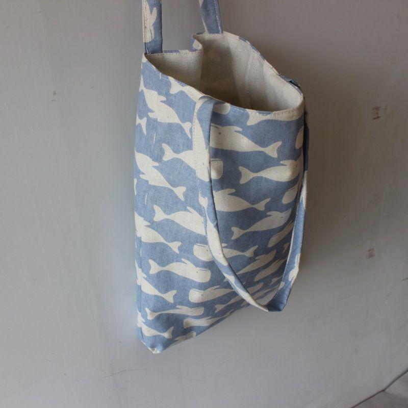 A estrenar hecho a mano de algodón de lino reutilizable bolsa de la compra con asas de impresión ballenas azul claro D02