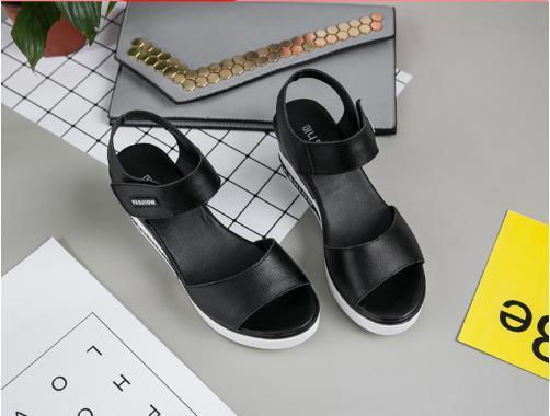 Fabricante feminino 2018 sandálias de verão cunhas de couro Xia Hou solas calcanhar esponja joker com confortável boca de peixe sapatos molhado