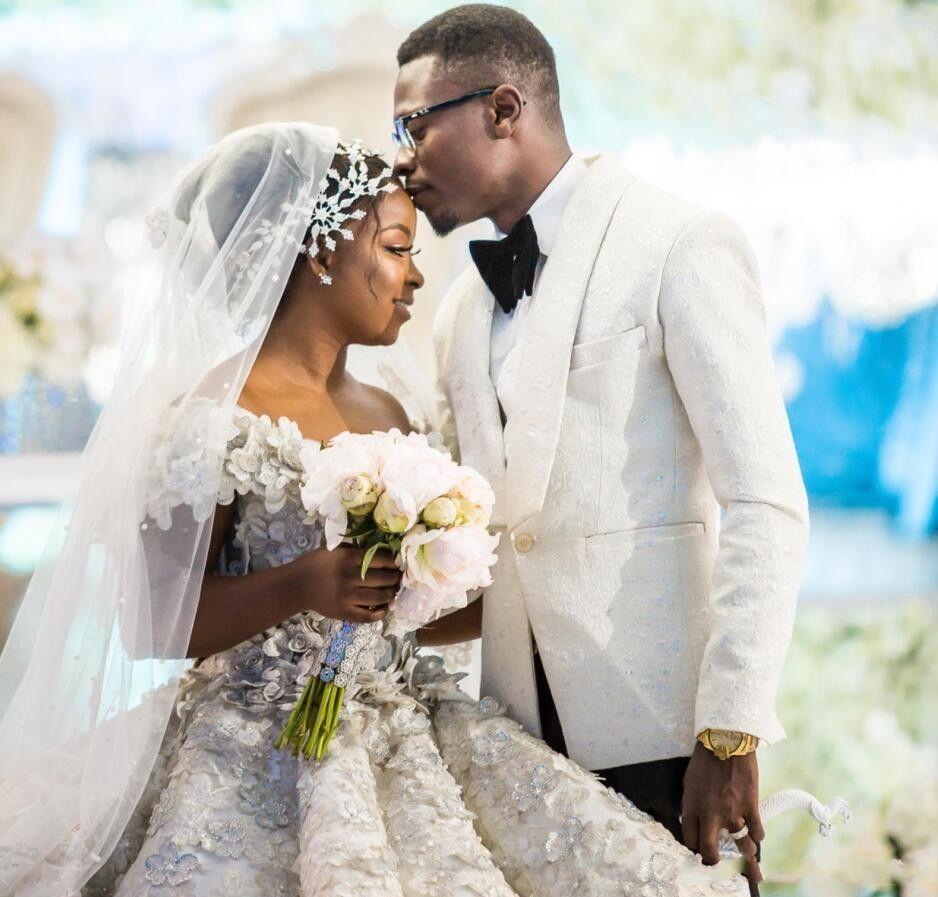 Wunderschöne Brautkleider lange weg von der Schulter handgemachte 3D-Spitze Blumen Afrikanische Spitze Brautkleid Lace Up Back Beach Brautkleider