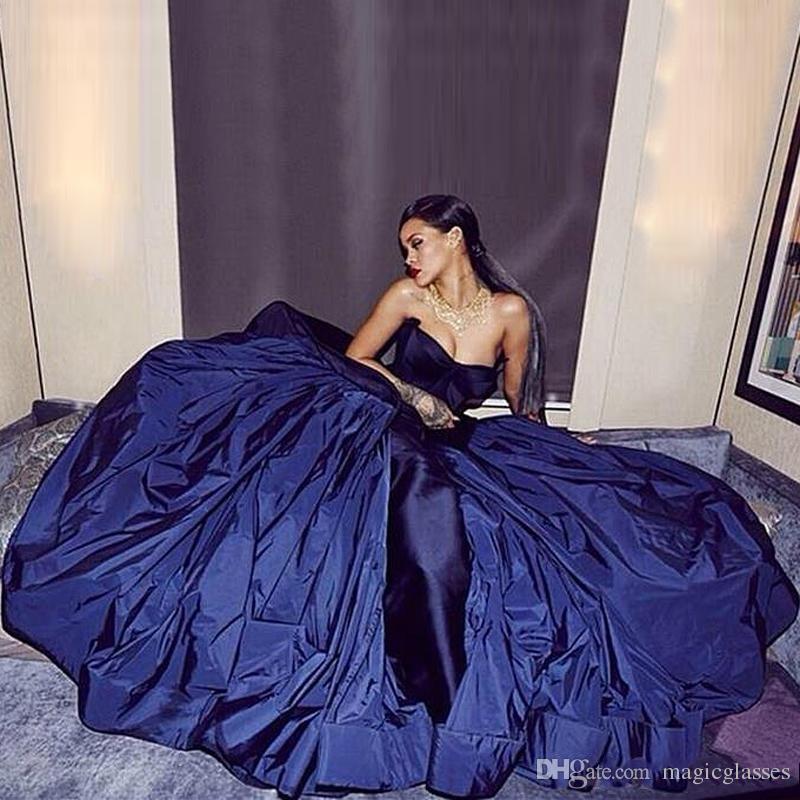 Популярные Sexy Rihanna Платья Знаменитостей Потрясающие Атласная Без Бретелек Империи Талии Линии Пром Платья Формальные Спинки Плюс Размер Вечерние Бальные Платья