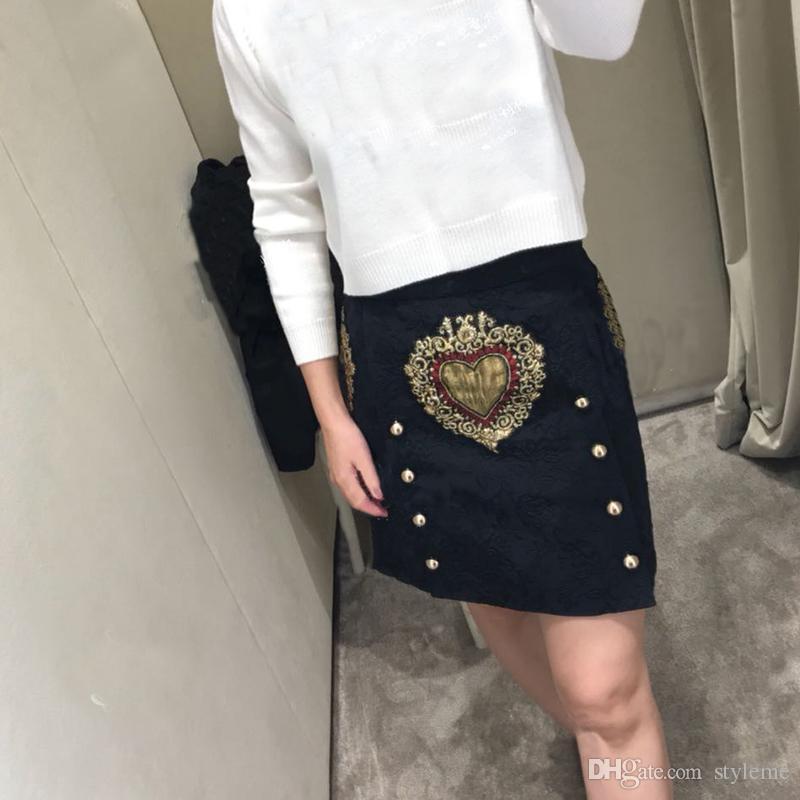 aa6e1a735 Diseñador de la marca de lujo bordado faldas de la pista 2018 otoño mujeres  de cintura alta de doble botonadura de oro amor corazones una línea ...