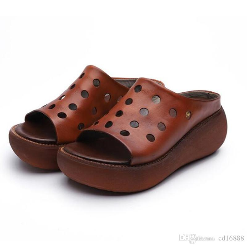 Venta caliente 2021 NUEVOS Sandalias de verano Zapatillas de plataformas Retro hueco Sandalias de cuero genuinas Romano Grueso con cuñas Sandalias Mujeres Zapatillas