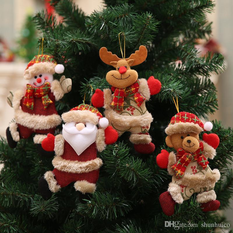 Foto Dell Albero Di Natale.Appendere Gli Ornamenti Dell Albero Di Natale