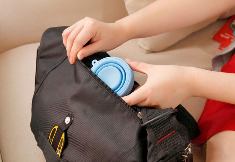 La tasse se pliante de silicone Les nouvelles bouteilles d'eau de voyage de mode portatives tasses de camping en plein air avec la couverture antipoussière de lanière