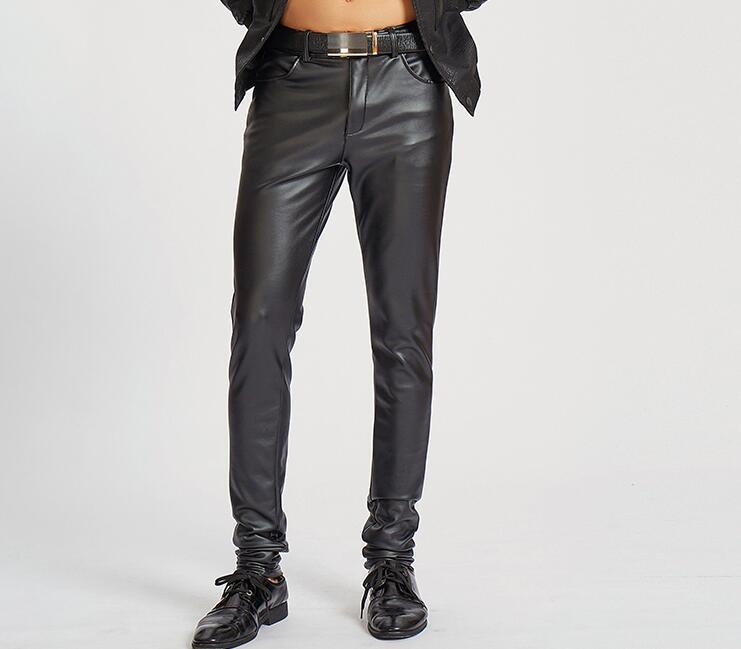 ca1968d9aa42c Compre Moda Coreana De Moda Pantalones De Cuero De Imitación De La  Motocicleta Delgados Pantalones De Los Pies De Los Hombres Pantalones  Apretados De La Pu ...