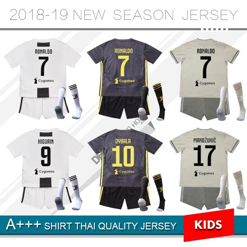 2018   7 RONALDO JUVENTUS Crianças Kit de Futebol Jersey 18 19 Casa Fora  Terceiro Conjunto Completo DYBALA HIGUAIN Criança Meninos Camisas de  Futebol com ... a2f1d2c196abf