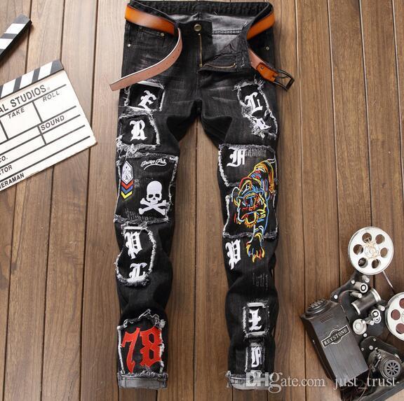 a7c0a30520518 Compre Highly Street Flaco Botón Fly Biker Agujeros Rasgados Jeans Hombre  Bordado Tigre Insignias Del Cráneo Denim Hiphop Punk Hombres Pantalones  Largos A ...