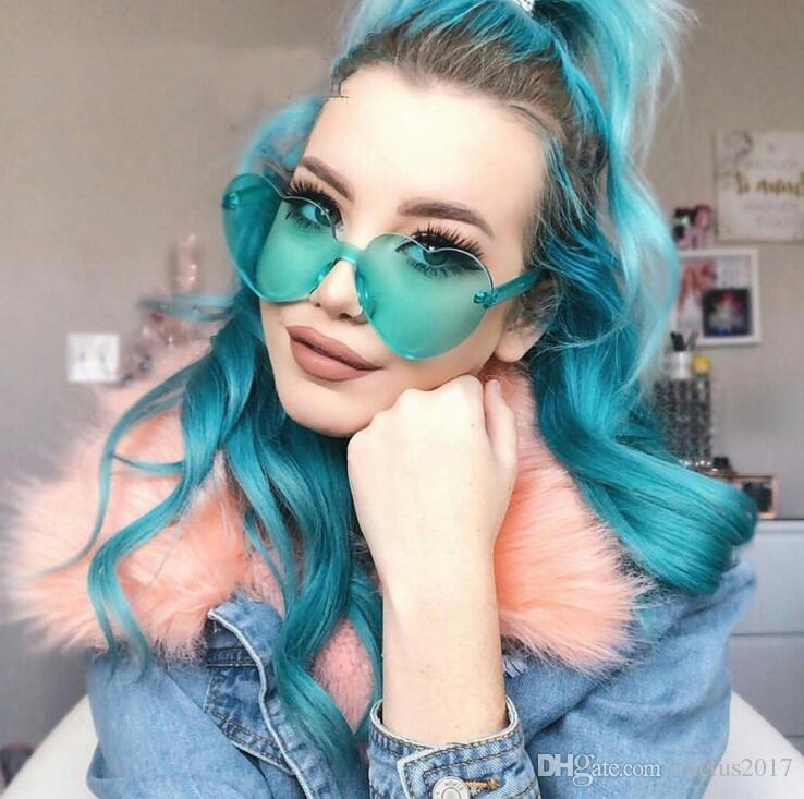 Compre Em Forma De Coração De Plástico Verde Óculos De Sol Das Mulheres Da  Forma 2018 Óculos De Lente Amarela Colorido Bonito Tons Para Mulheres ... 601550a6b1