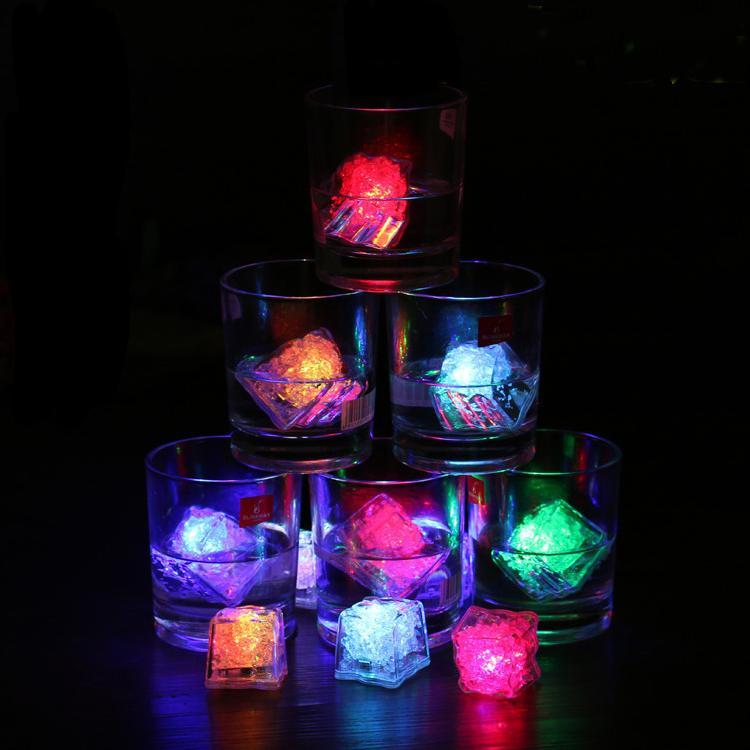 LED 아이스 큐브 조명 Polychrome 플래시 얼음 액체 센서 빛나는 아이스 큐브 잠수정 조명 장식 빛 위로 바 클럽 웨딩 파티