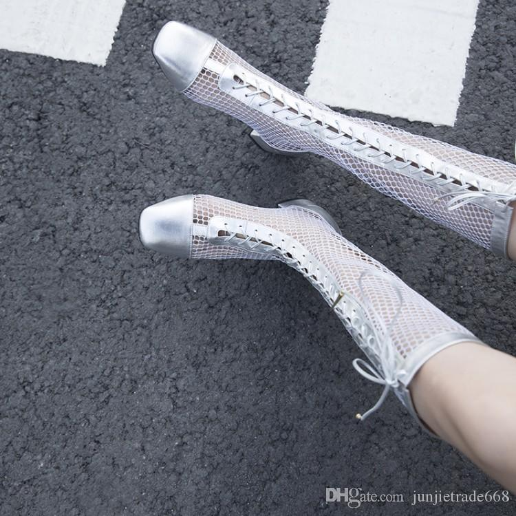 2018 Nueva lista de modelos de pasarela de primavera y verano con botas de gamuza de tacón bajo transparentes y huecas zapatos de cuero genuino de encaje de cabeza cuadrada