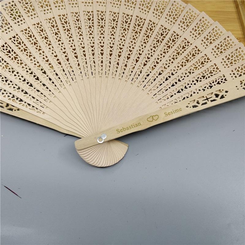 Personalizado favores do casamento da tela de seda ventilador de madeira Chinês esculpida fragrância ventilador de mão de madeira ventilador de casamento