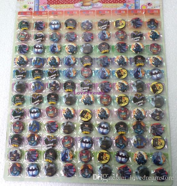 108 Stücke / 1 satz Cartoon Batman Zeichen Tasten Pins Abzeichen / Armbinden Kinder Spielzeug Geschenk Belohnung Kinder Party Geschenke Telefon Zubehör