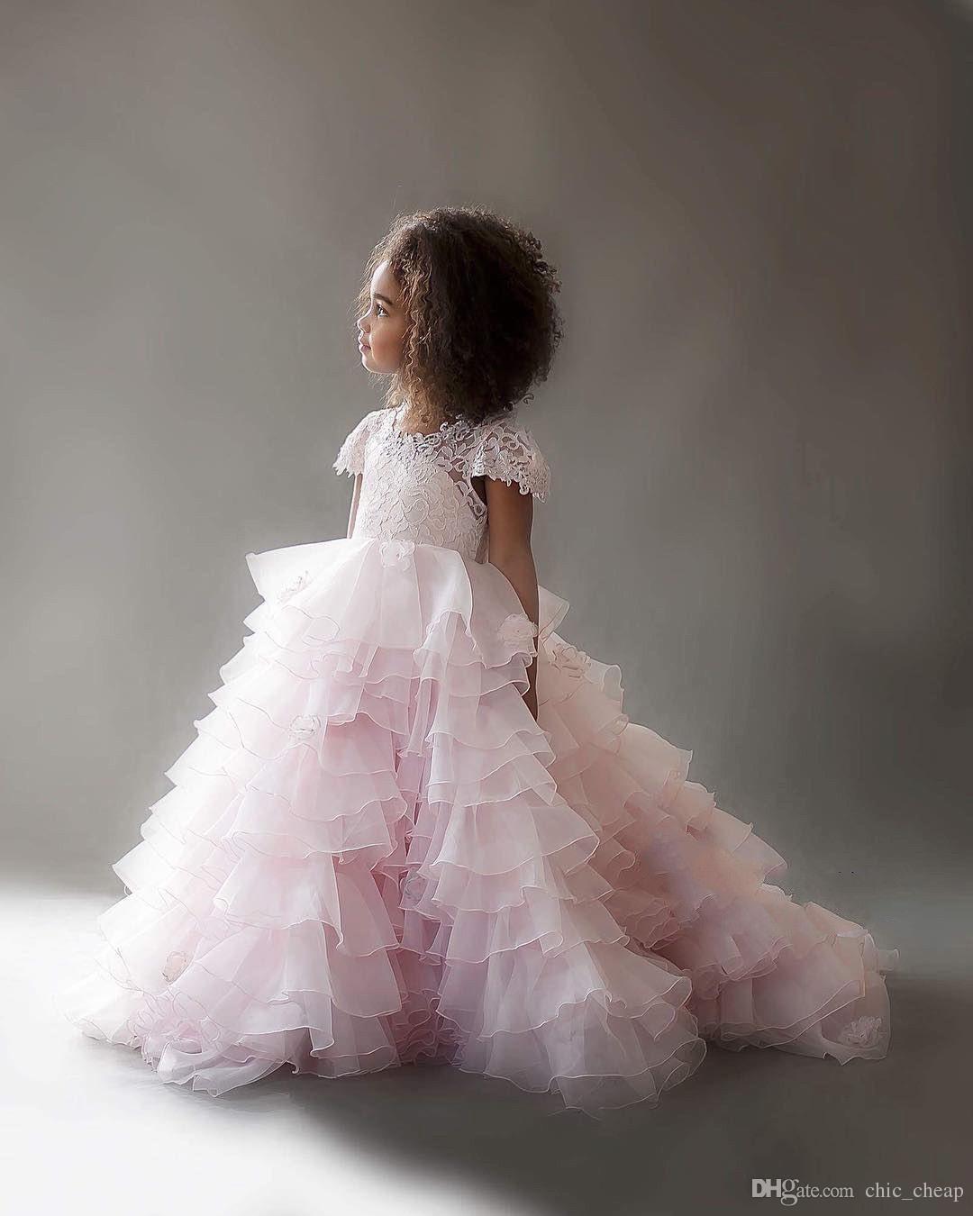 Pink Beautiful Ruffles Jewel Tiers Mangas cortas de encaje hueco Muchacha de las flores Vestido Nueva llegada por encargo
