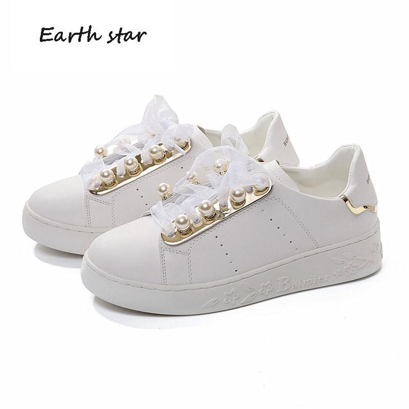 472cd0ee22 Compre Zapatos De Mujer Sapatos Casuais Mulheres Marca De Moda Sapatilhas  Brancas Pérola Senhora Plataforma Chaussure Outono Nova Fêmea Footware Fita  De ...