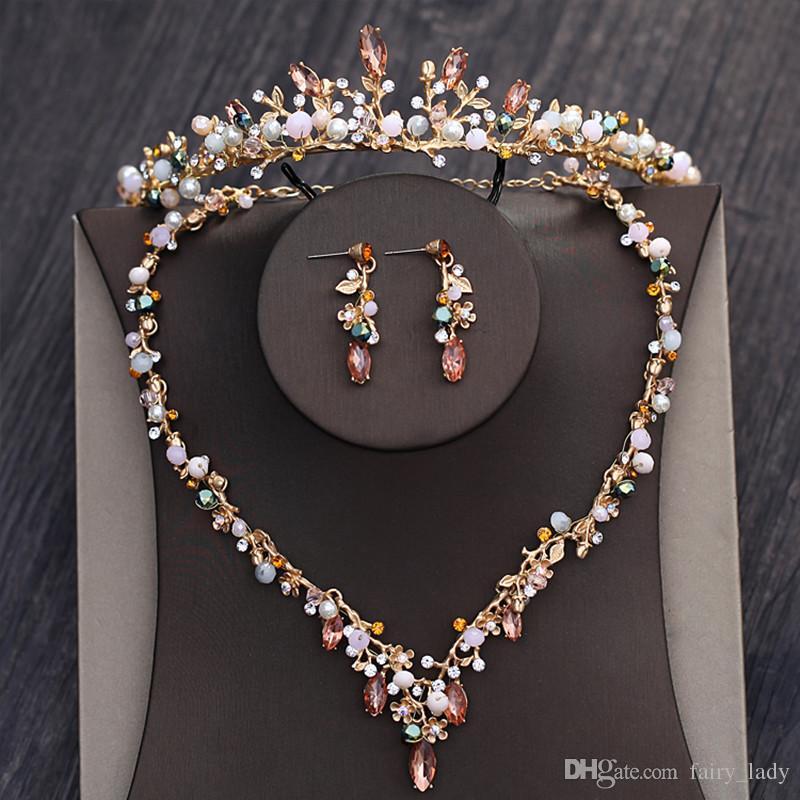 7fef3911403f Compre Magníficos Perlas De Diamantes De Imitación Conjuntos De Joyas De  Pelo Con Collar Coronas Pendientes Perlas De Color Dorado Accesorios Para  El ...