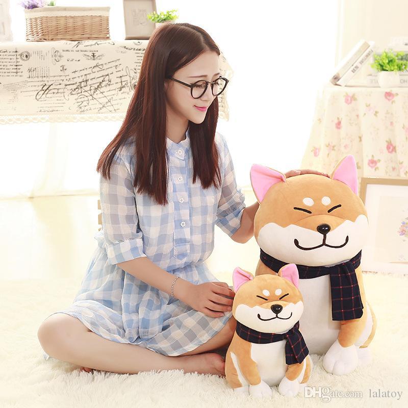 25cm Cute Wear Schal Shiba Inu Hund Plüschtier Stofftier Lächeln Akita Hund Puppe für Liebhaber Kinder Geburtstagsgeschenke LA035