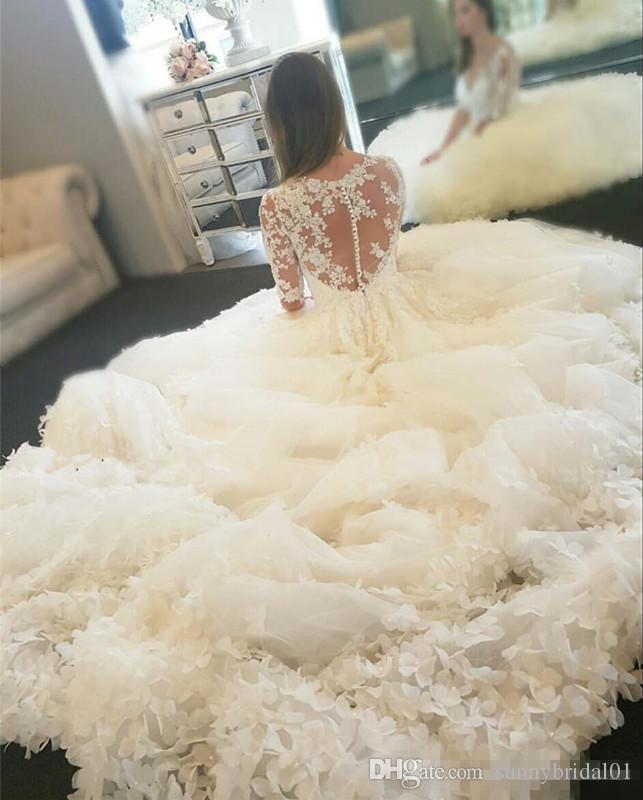 Luxuriöse Ballkleider 3D-Flora Spitze Brautkleider Plus Size Arabisch Dubai Princess Weiße Brautkleider Sheer Ausschnitt Appliqued mit langem Zug