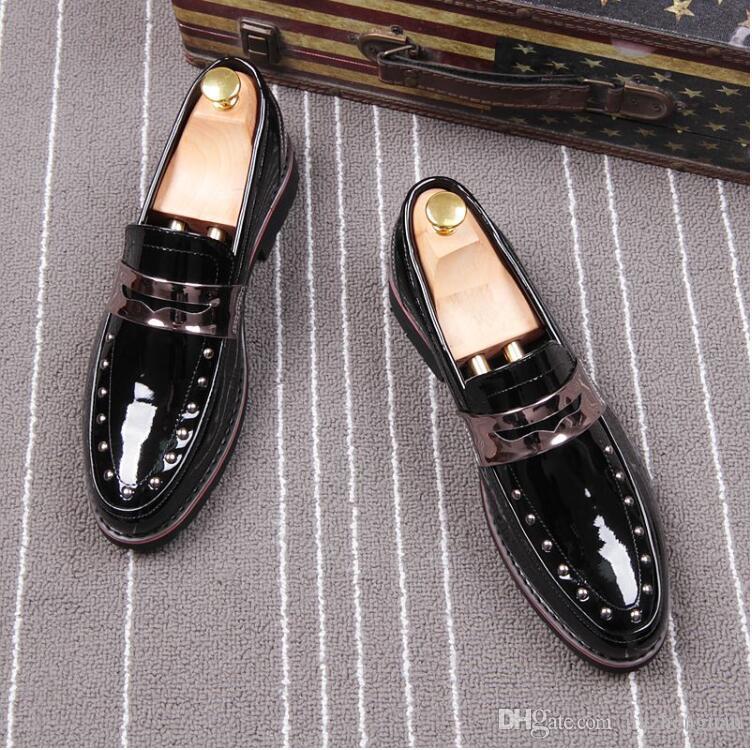 2018 nuevo estilo remache de primavera de los hombres de moda en punta de los holgazanes de patente hombres brillantes pisos de cuero Oxford del dedo del pie acentuado zapatos de boda de cuero L60