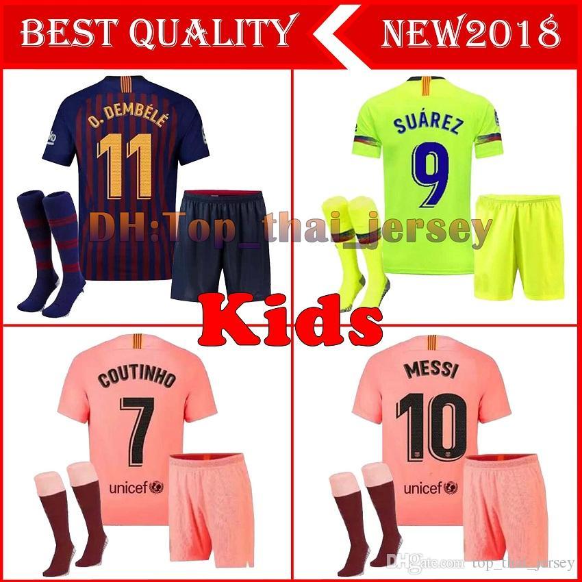 6dfcf46c19 Compre Barcelona 2018 MESSI SUAREZ Crianças Jersey Futebol 2019 Camisas  Azul Dembele Messi INIESTA Casa Camisa De Futebol 18 19 Crianças Kit De ...