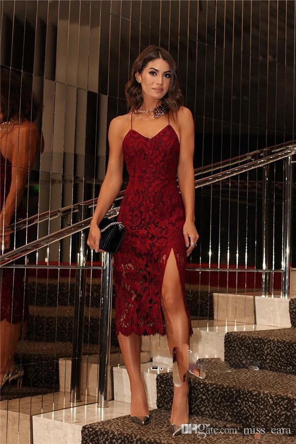 Sexy кружева бургундские Коктейльные платья бретельках Назад Criss Cross ремни партии вечернее платье носить короткие Сплит платье