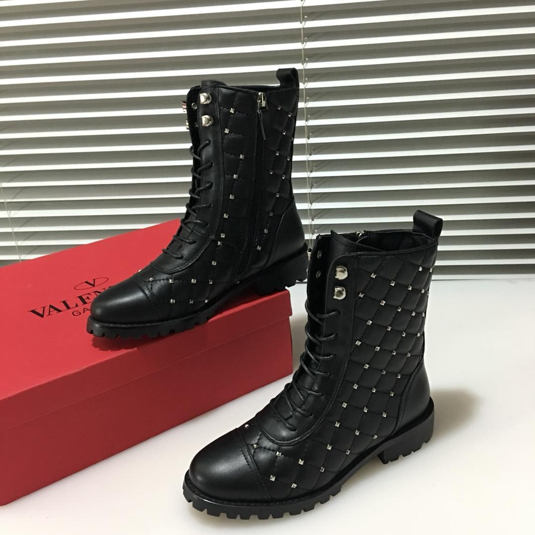 4ee3411c2af5f 2018 Italian Luxury Brand V   Lentino Ladies Outdoor Boots Metal Nail Zipper  Strap Design Decorative Casual Boots Sports Boots Box And Origi Red Shoes  ...