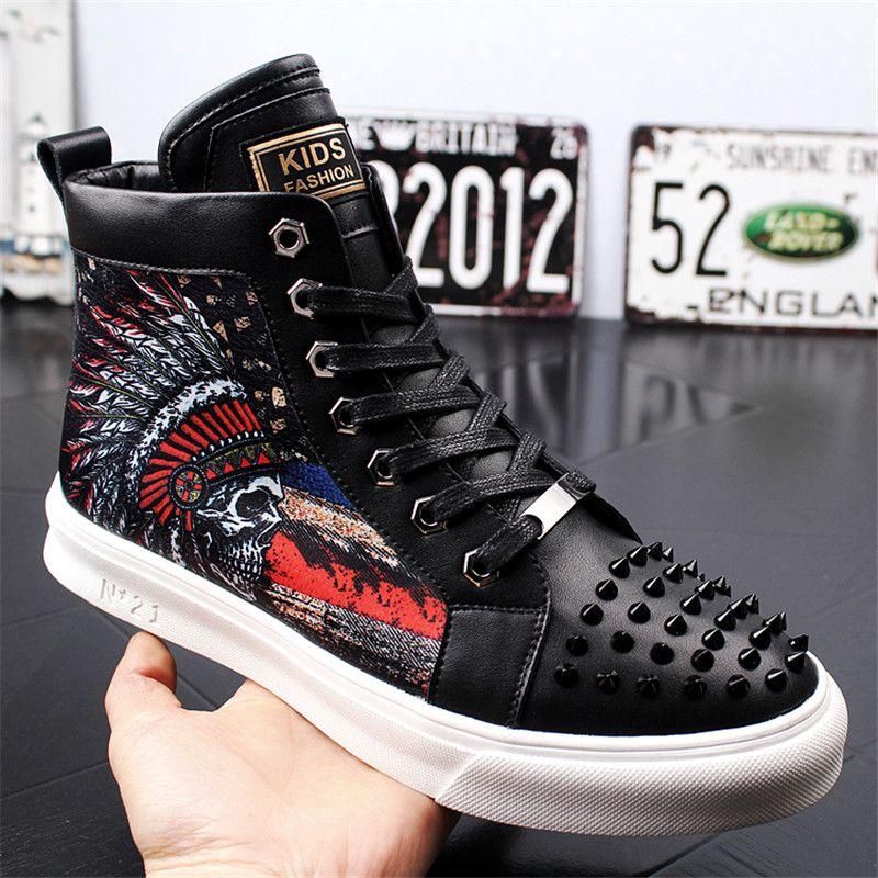 79f28775669fb1 Großhandel Männer Stiefeletten High Top Skateboard Schuhe Leder Nieten  Männer Casual Turnschuhe Trend Casual Männliche Mode Stiefel Von  Feitianpipa