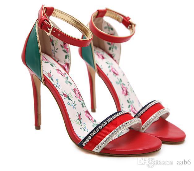 Весна / лето 2018 сандалии на высоком каблуке сочетаются с сексуальной сумкой и ремешками сандалии