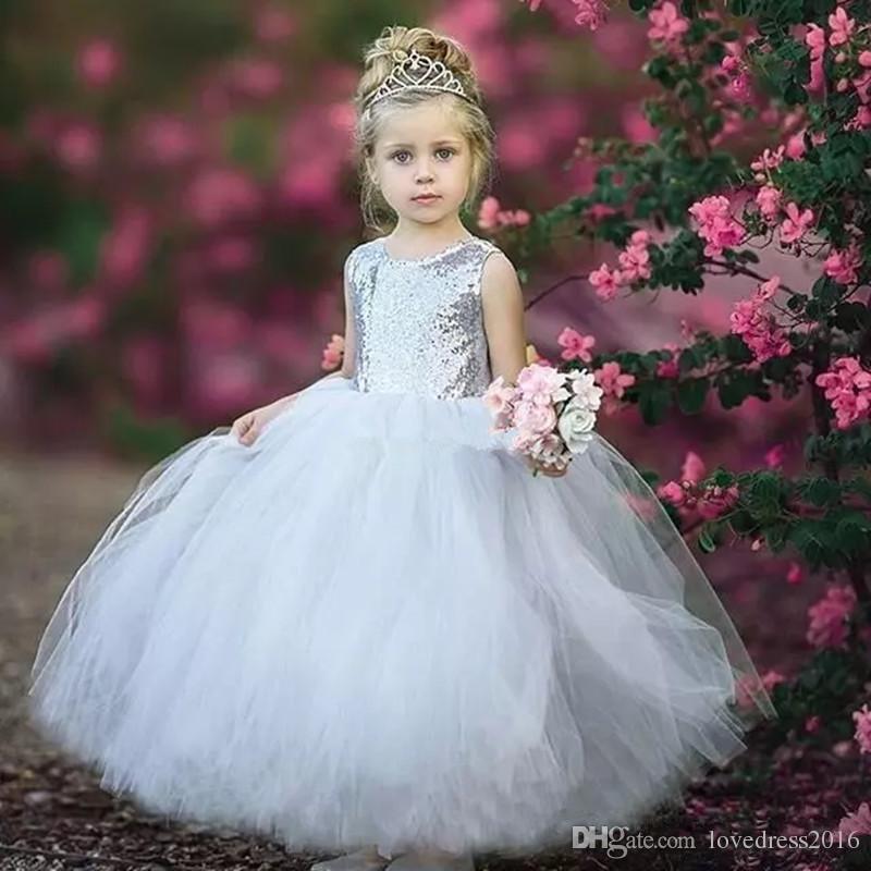 Silber Pailletten Weiß Tüll Ballkleid Blumenmädchenkleider für Hochzeiten mit Bogen Backless Pageant Kleider