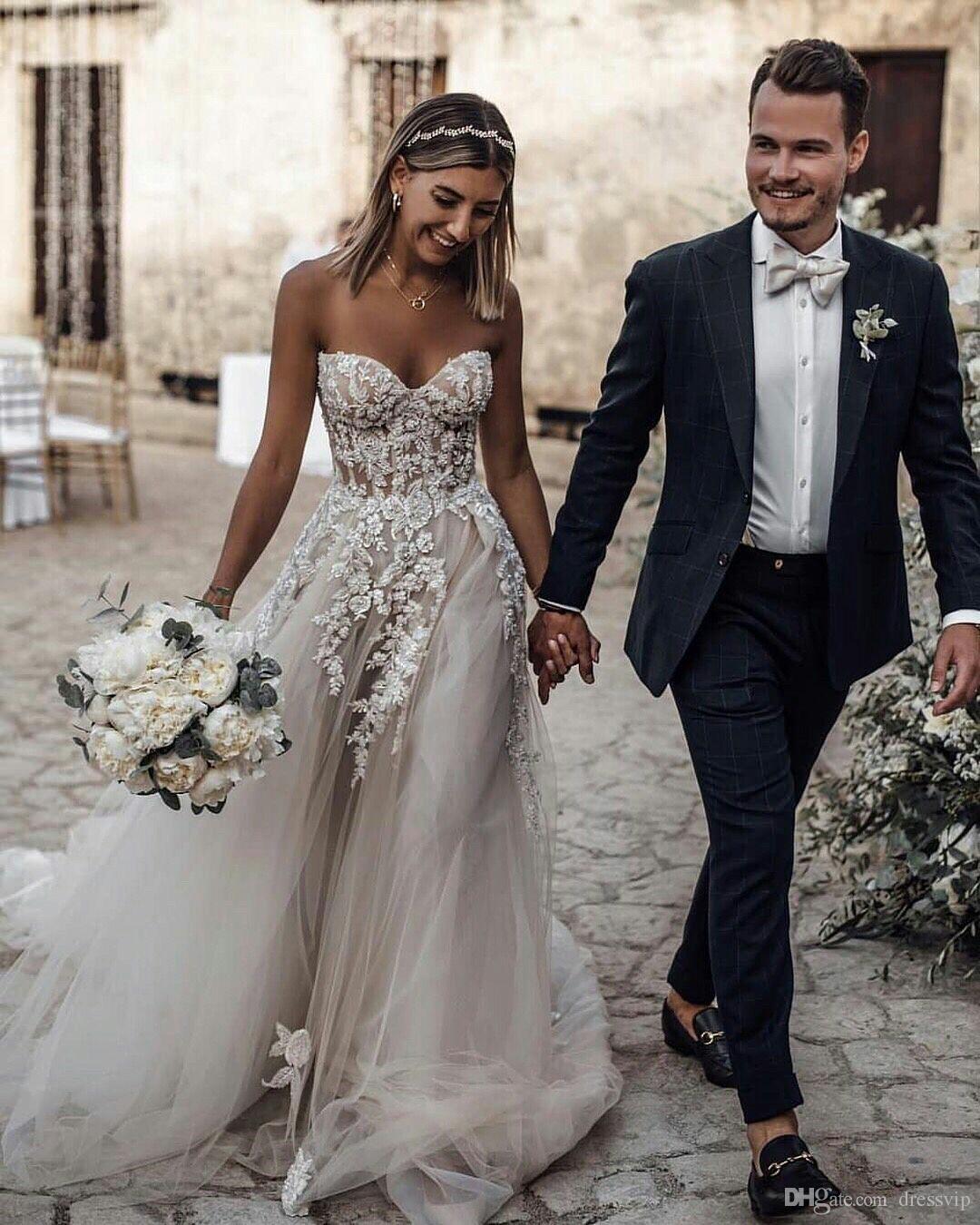 check out ba050 473d2 Bohemian 2019 abiti da sposa spiaggia innamorato collo appliques in rilievo  abiti da sposa in pizzo con reggiseno economici sexy boho abito da sposa ...