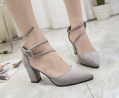 Europäische und amerikanische neue Art, hoher Absatz, starke Ferse, großer Code, die Schuhe der Frauen, Sandalen, ein Wortgurt, Sandalen.
