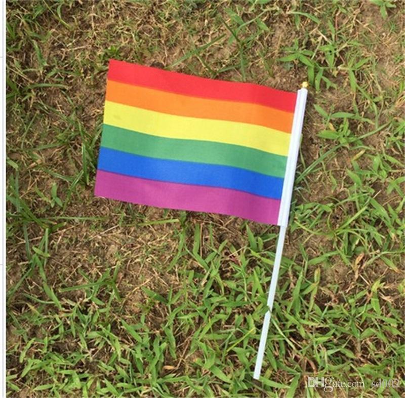 14 * 21 cm Gay Pride Drapeau Lesbiennes LGBT Coloré Arc-En-Main Agitant Des Bannières Avec Des Mâts En Plastique Pour Les Sports Parade Décor Vente Chaude 0