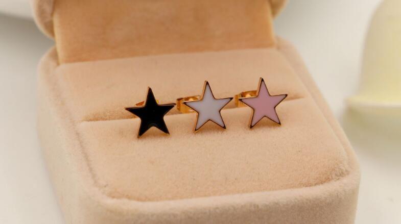 Versión coreana de blanco y negro, rosa, acero de titanio Dijiao, aretes de oreja de oro rosa. Moda simple OL Joker pendientes joyas