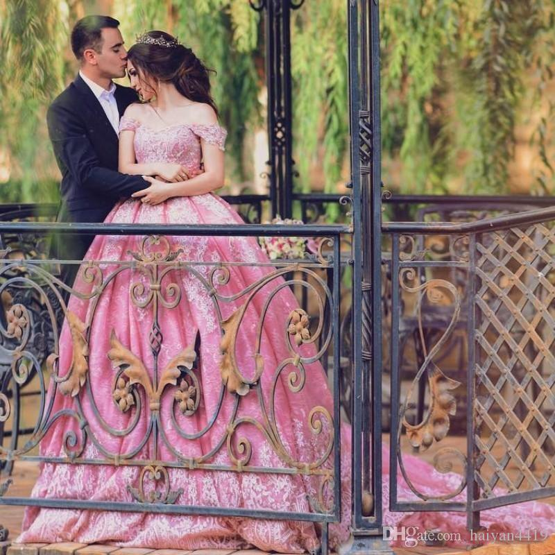 2018 Pink Ball Gown Prom Dresses Off Hombro apliques de encaje Cap Sleeves Corset Back Long Party Gowns Vestido de noche Glamorous Arabia Saudita