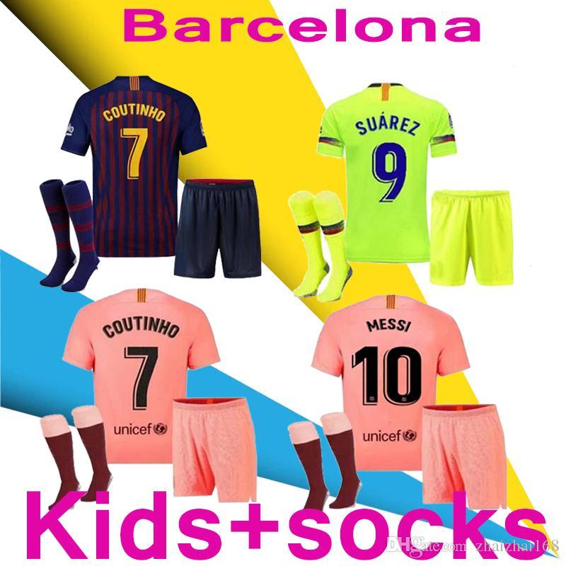 c67b1fd606 Compre 2018 19 Barcelona MESSI SUAREZ Crianças Kit + Meias Jersey Futebol  2019 Camisas Rosa Dembele Messi COUTINHO Camisa De Futebol Em Casa 18 19  Crianças ...