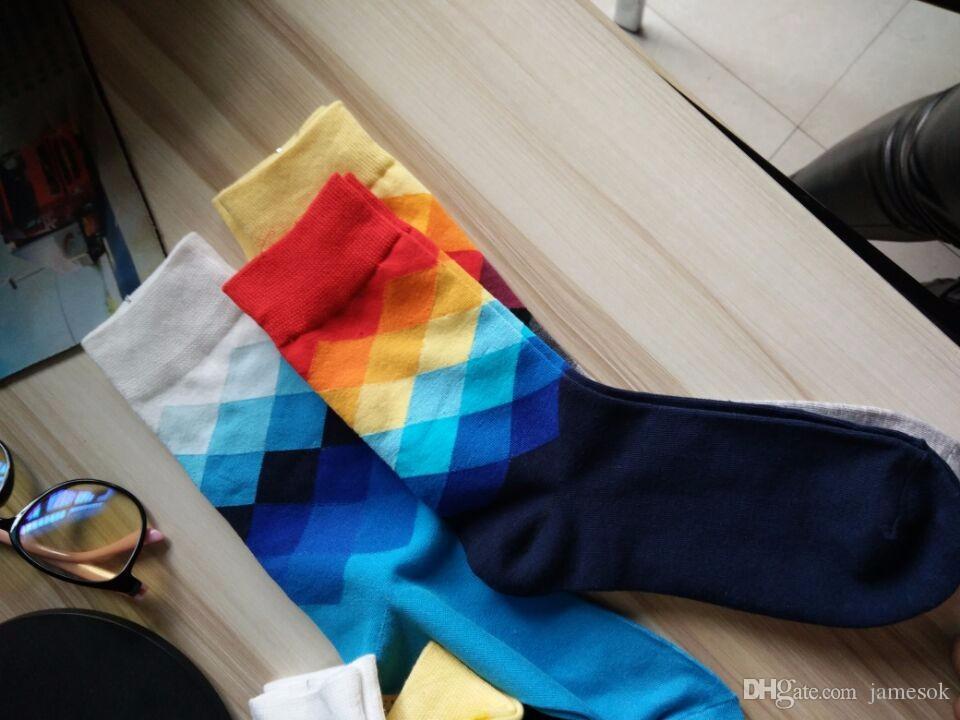 Homens meias estilo britânico xadrez xadrez calcetines gradient cor elite longo algodão para homens felizes por atacado meias para 469