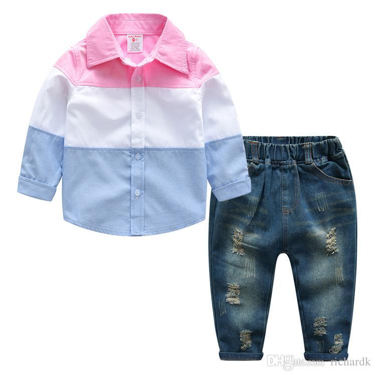 Acquista 2018 Primavera   Autunno Ragazzi Casual Set Di Abbigliamento  Camicie A Righe In Cotone + Jeans Strappati Pantaloni 2 Pezzi   Set Abiti  Bambini ... ee4397ef51b