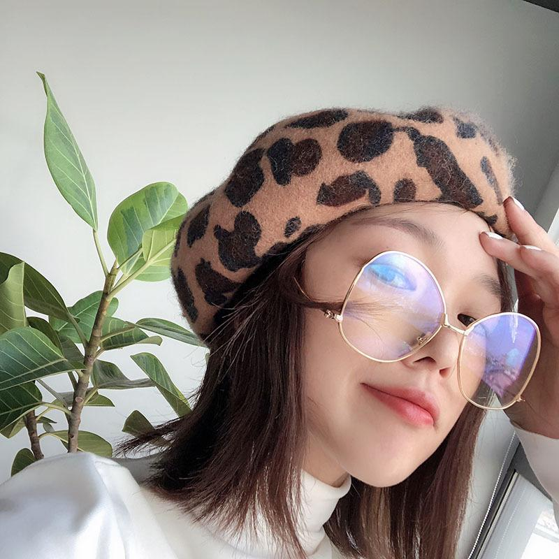 54588eee22edd Compre Womens Winter Leopard Hat Beret Mujer Lana Mezcla De Algodón Gorra  Nueva Marca Mujer Sombreros Gorras Negro Blanco Gris Caqui Boinas De Mujer  A ...