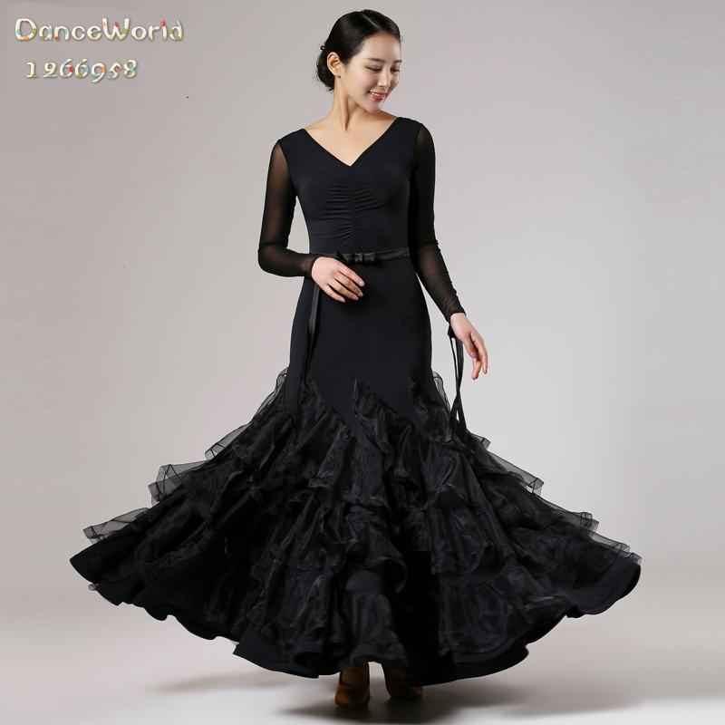 Mujer con vestido negro bailando