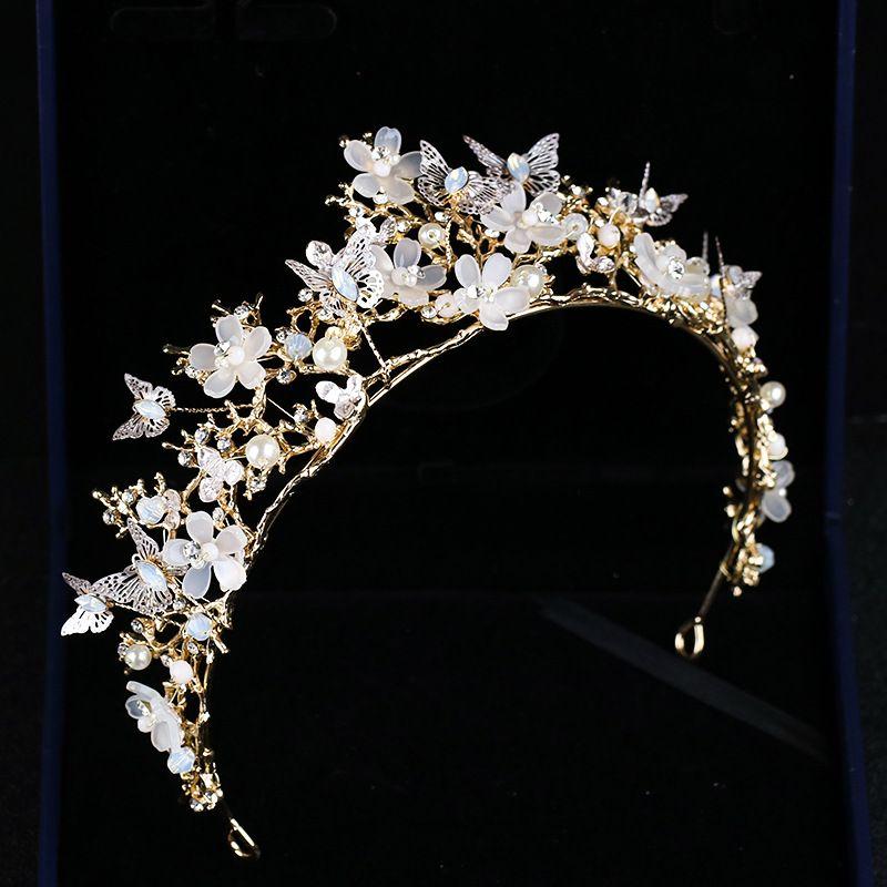 Compre Nuevas Mariposas Flor De Cristal Corona De Oro Tiaras Barrocas  Accesorios De Boda Joyería Aleación De Cumpleaños Perlas De Pelo Nupcial  Sombrero ... 173c29ed7f90