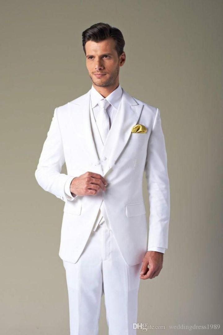 Compre 2018 Trajes De Boda Blancos Para Hombres Mejores Hombres Novio  Trajes Clásicos De Hombres Solapa De Pico Formal Formal Elegante Smokinges  3 Piezas A ... 94d60e685a4