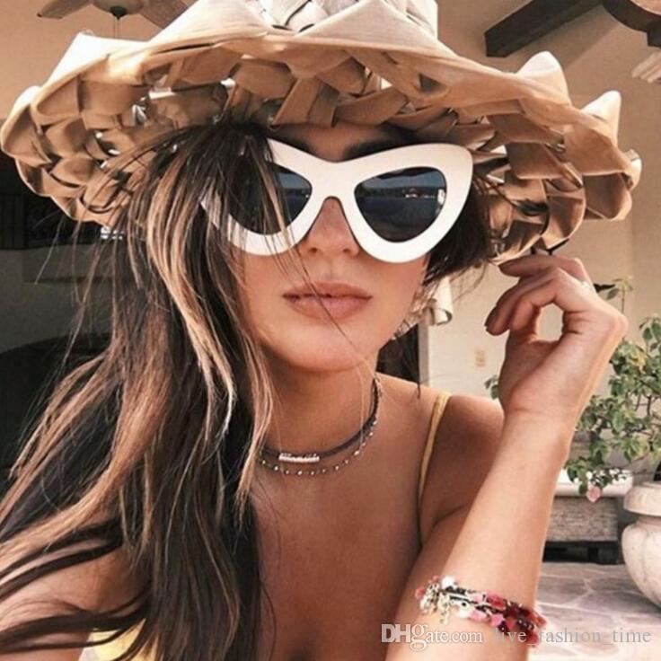 c4f9ab728eca3 Moda Feminina Óculos De Sol 2018 Retro Famosa Oval Óculos De Sol Olho de  Gato de Luxo Da Marca Designer PC Rodada Quadros Preto Pequeno Barato  Eyewear ...