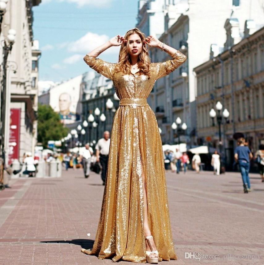 Abiti da sera con paillettes scintillanti d'oro con maniche lunghe a spacco sul davanti e maniche lunghe da sera scintillanti. Abiti da sera