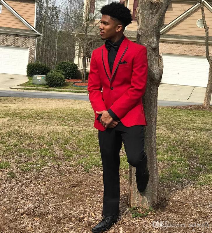 Red Mens Abiti Slim Fit Tre Pezzi Groomsmen Smoking di nozze uomo Risvolto con risvolto di alta qualità formale Prom Party Suit Jacket + Bowtie