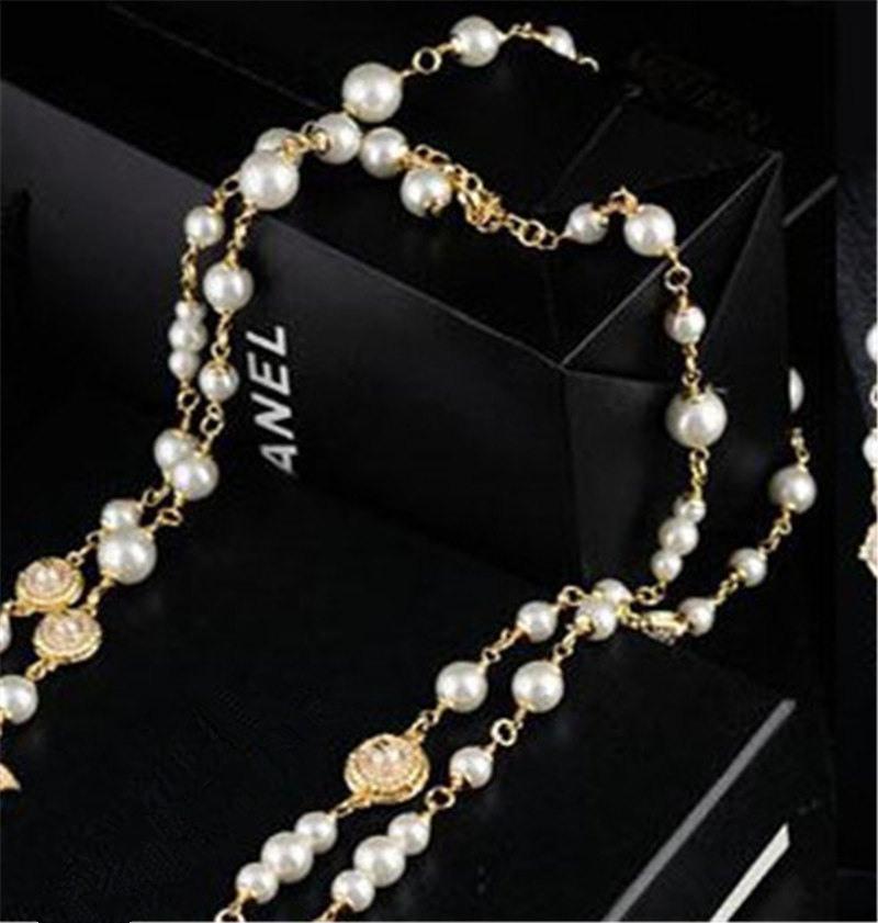 8d47b4643e34 Compre Collar De Cadena De Perlas Collares De Diamantes De Moda Diseño  Famoso Perla Collares Con Letras Cadenas Finas Joyas Con Caja Amante Regalo  A  83.42 ...