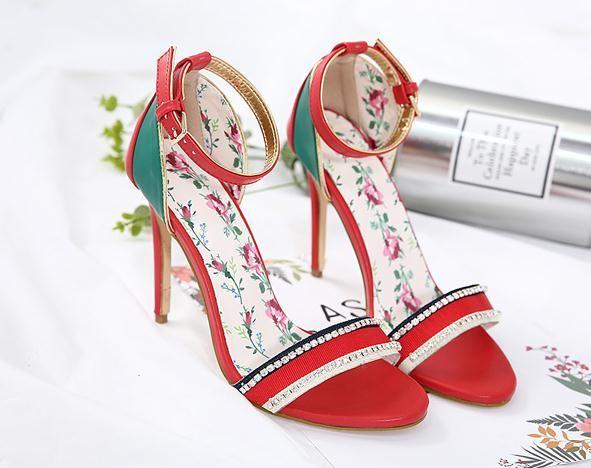 Sandalias de tacón alto primavera / verano 2018 combinadas con un bolso sexy y sandalias de tiras